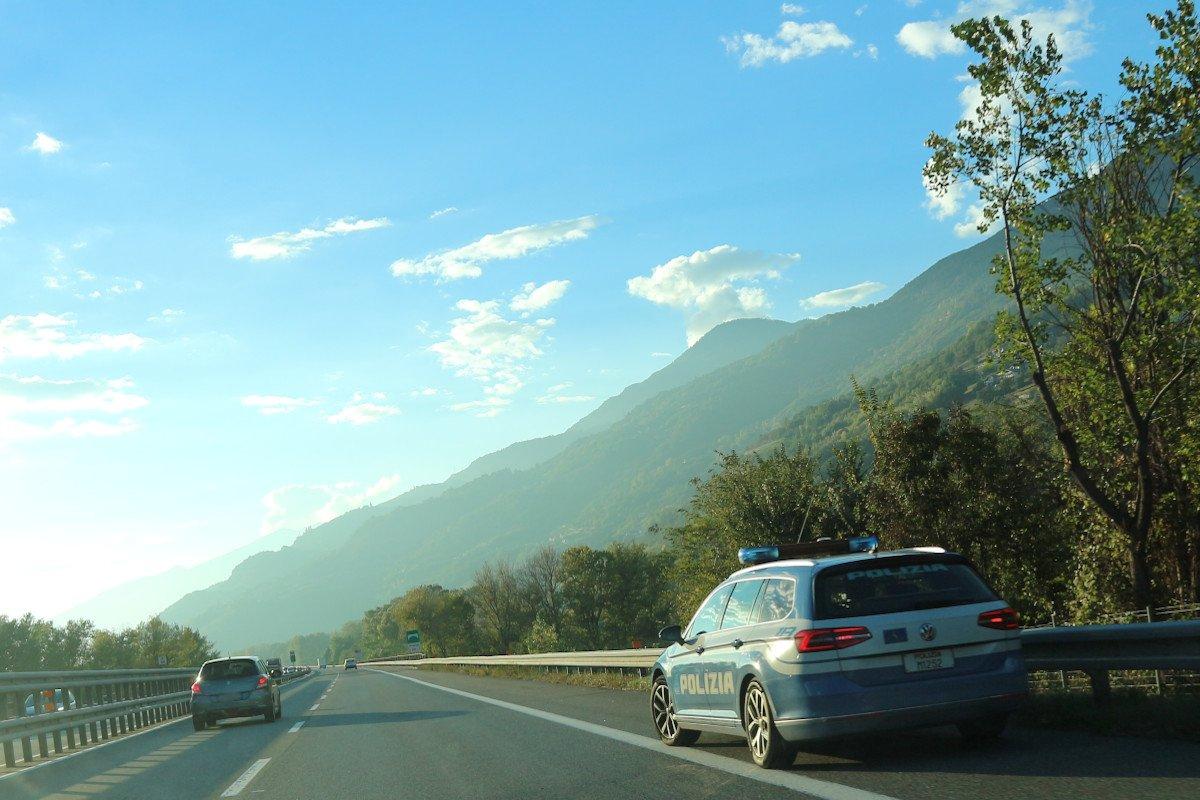 Un'automobilista svizzera tampona in autostrada un'auto e non si ferma. E' stata intercettata e denunciata dalla Polizia stradale, era ubriaca