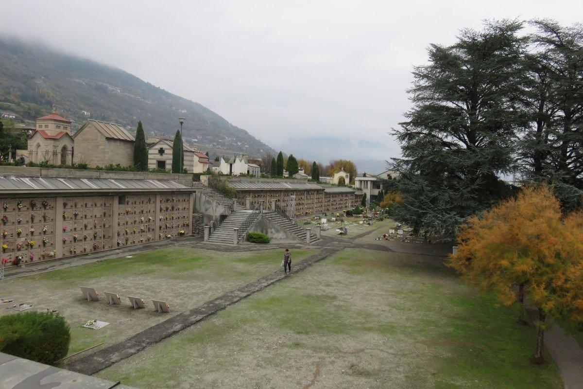 Il vescovo di Aosta sospende i funerali religiosi in tutta la Valle: cerimonia privata solo in cimitero con i parenti più stretti