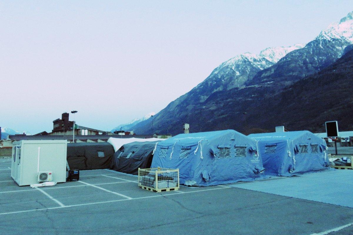Creato un ospedale da campo nel parcheggio della funivia per Pila. Le persone decedute verranno portate all'aeroporto per gli esami