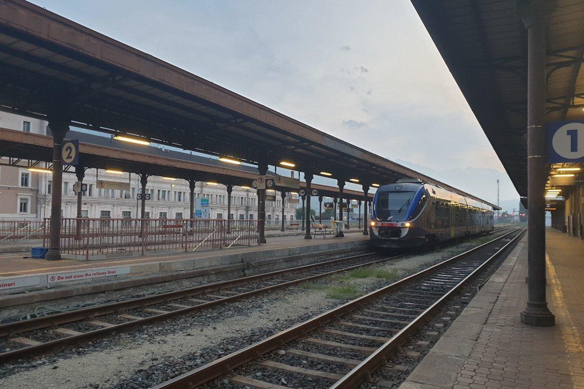 """Restano solo sei treni a collegare Aosta ad Ivrea: Trenitalia cancella sedici corse. Interrotti anche gli """"Intercity notte"""" ed i collegamenti con la Francia"""