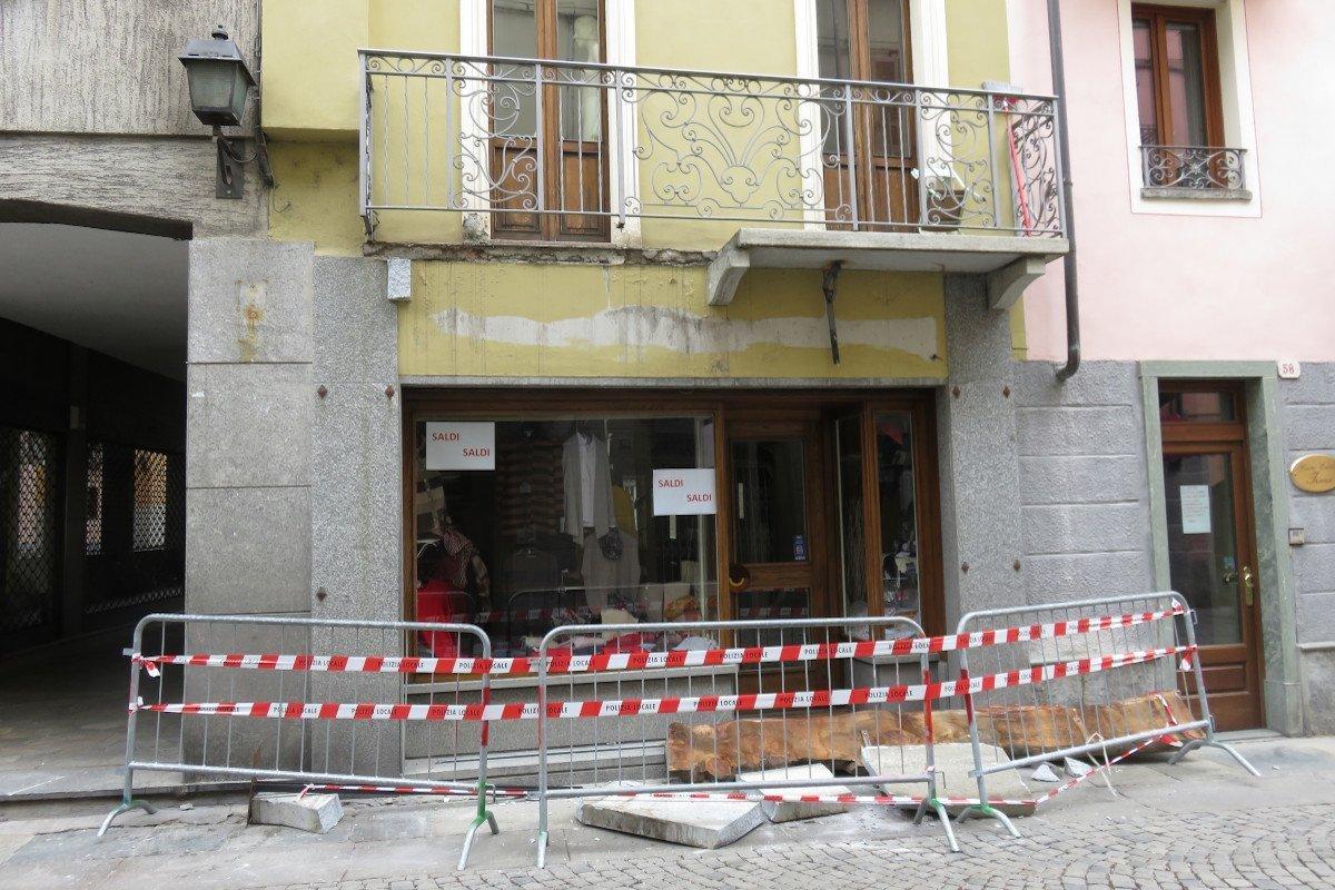 """Un camion che passava nella """"ztl"""" di Aosta danneggia un balcone nel centro storico: """"nessun cedimento strutturale"""" precisa il Comune"""