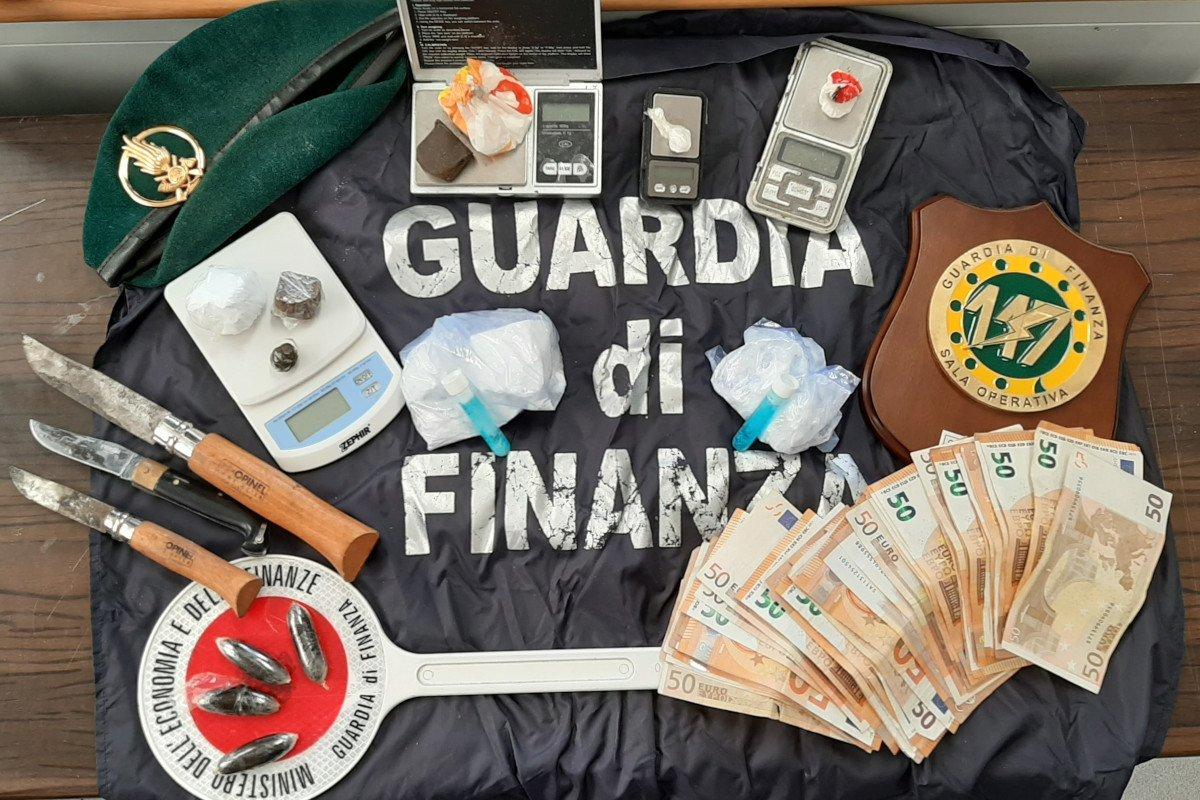 Una coppia di spacciatori arrestata al casello autostradale di Nus: avevano con sé cocaina, eroina ed hashish