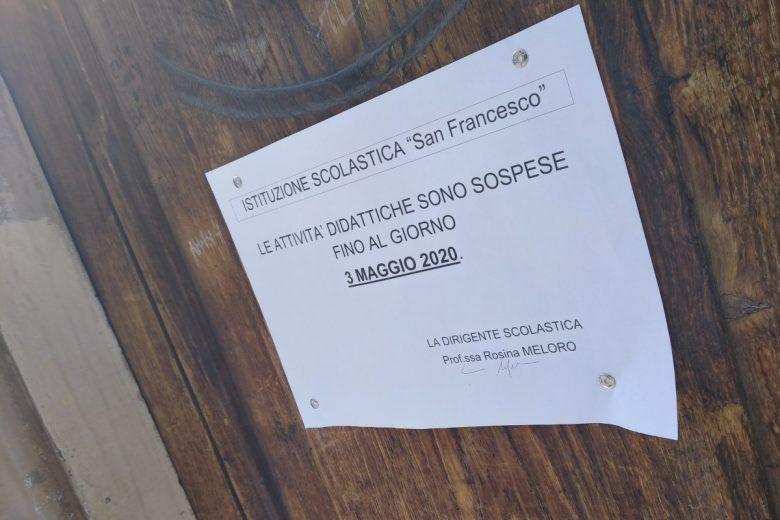 L'avviso di sospensione delle attività didattiche in una scuola di Aosta