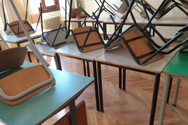 Un'aula chiusa in una scuola di Aosta dopo l'emergenza sanitaria