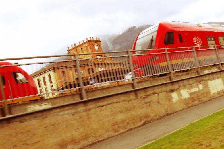 I treni bimodali fermi alla stazione di Aosta