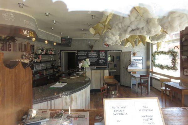 L'interno del 'Cafè du Vélo', ad Aosta