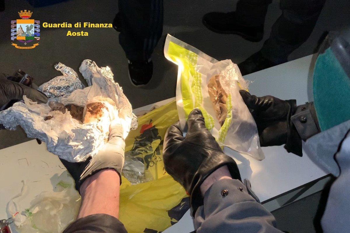 Sgominata la centrale dello spaccio ad Aosta: dieci persone che lavoravano per Giuseppe Nirta arrestate dalla Guardia di Finanza