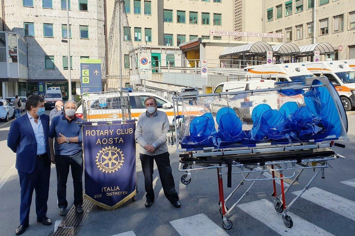 """Il Rotary Club dona una barella per il biocontenimento totale all'ospedale """"Parini"""" di Aosta: «arriverà anche un box sterile e due """"gate"""" per la temperatura»"""