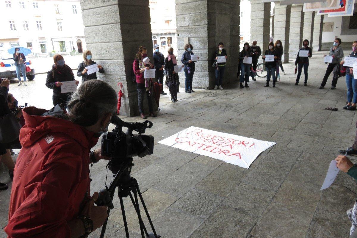 Manifestazione dei docenti precari sotto il Municipio di Aosta: «non fattibile un concorso autonomo, prima regionalizziamo» evidenzia la Certan