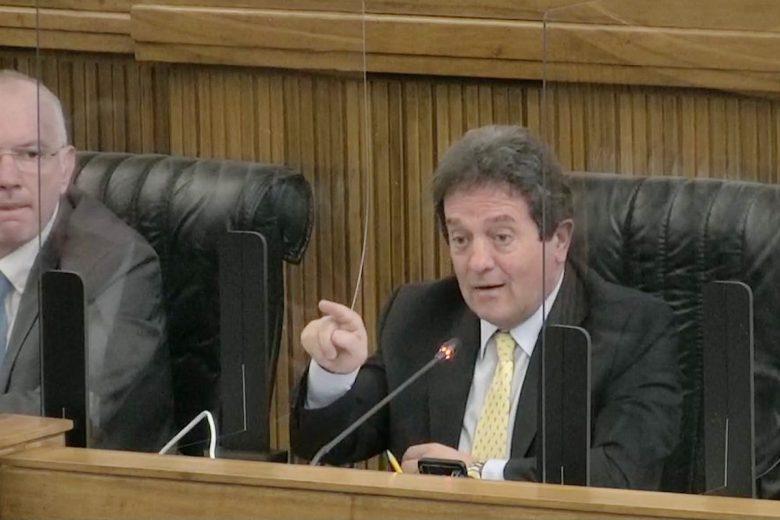 Mauro Baccega durante la riunione del Consiglio Valle del 22 giugno 2020