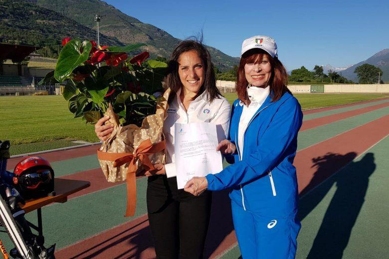Federica Brignone con Lyana Calvesi e la lettera del presidente 'Fidal' Alfio Giorni