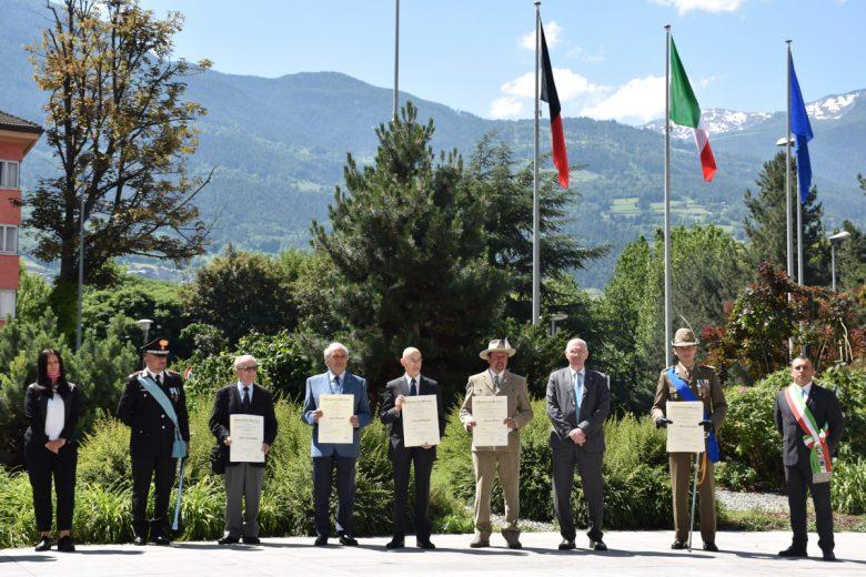 I cinque nuovi Cavalieri valdostani della Repubblica con le autorità, dopo la cerimonia