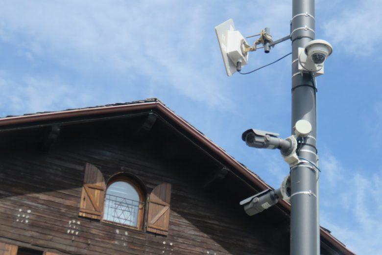 La telecamera della videosorveglianza nella rotonda di Saint-Christophe