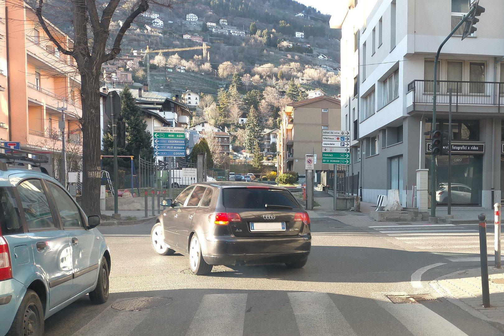 Ad Aosta il guasto al semaforo che migliora il traffico: in corso St-Martin l'incrocio con via Monte Solarolo è più sicuro e fluido