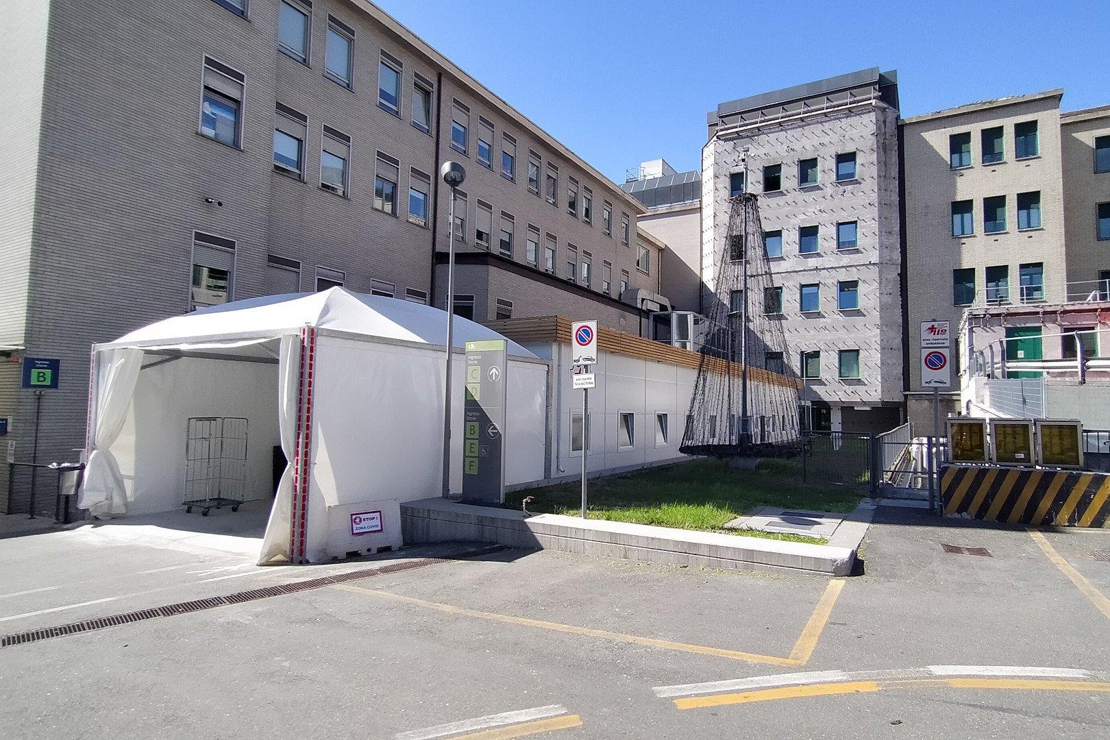"""Operativa all'ospedale """"Parini"""" di Aosta la una nuova struttura di terapia intensiva, il """"triangolo"""", fornita dalla Protezione Civile"""