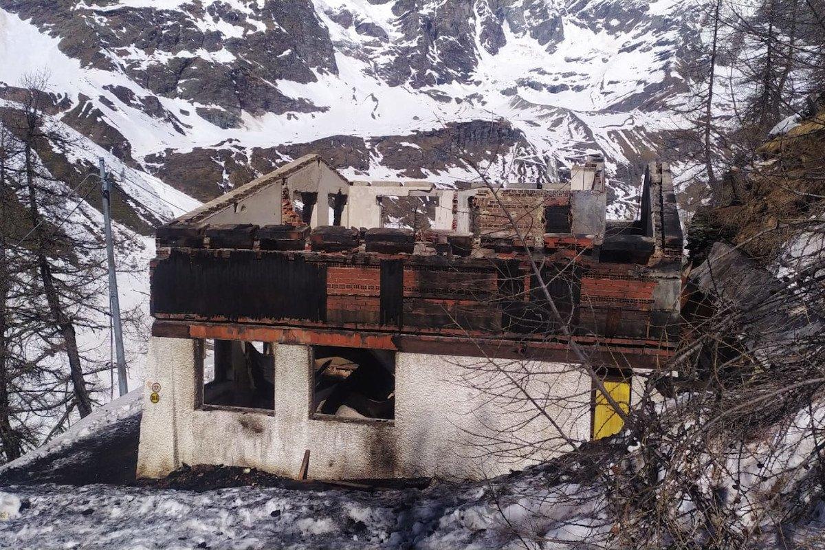 Distrutta da un incendio la Casa del bob a Breuil Cervinia: i Vigili del fuoco sono arrivati sul posto con i gatti delle nevi