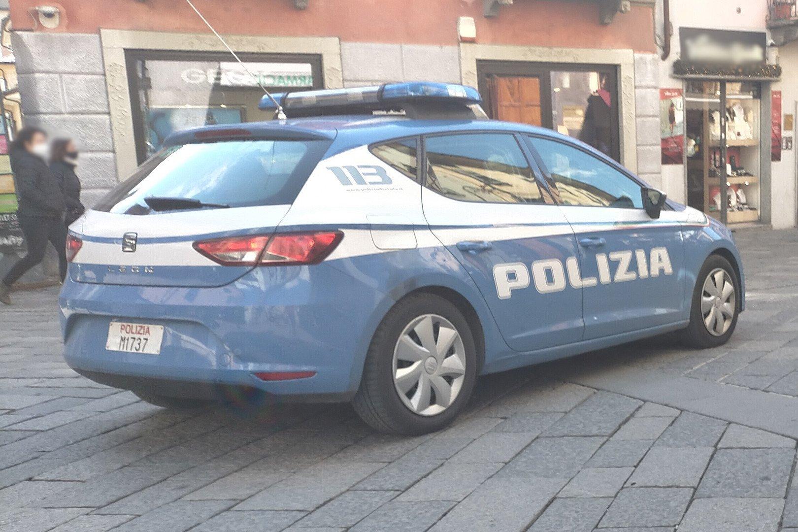 Una volante della Polizia nel centro storico di Aosta