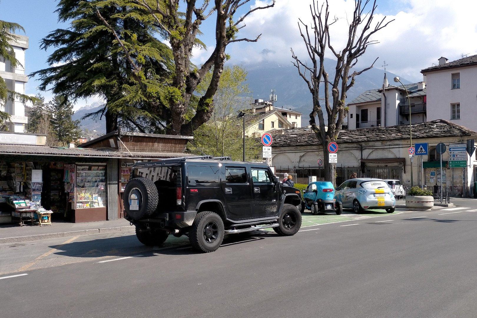 Un Hummer in sosta sugli stalli di ricarica dei veicoli elettrici in piazza della Repubblica ad Aosta