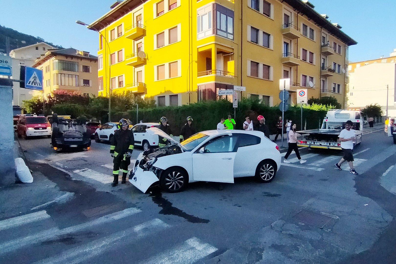 Una Land Rover Freelander 2 si ribalta nel centro di Aosta, dopo essersi scontrata con un'Alfa Romeo Giulietta