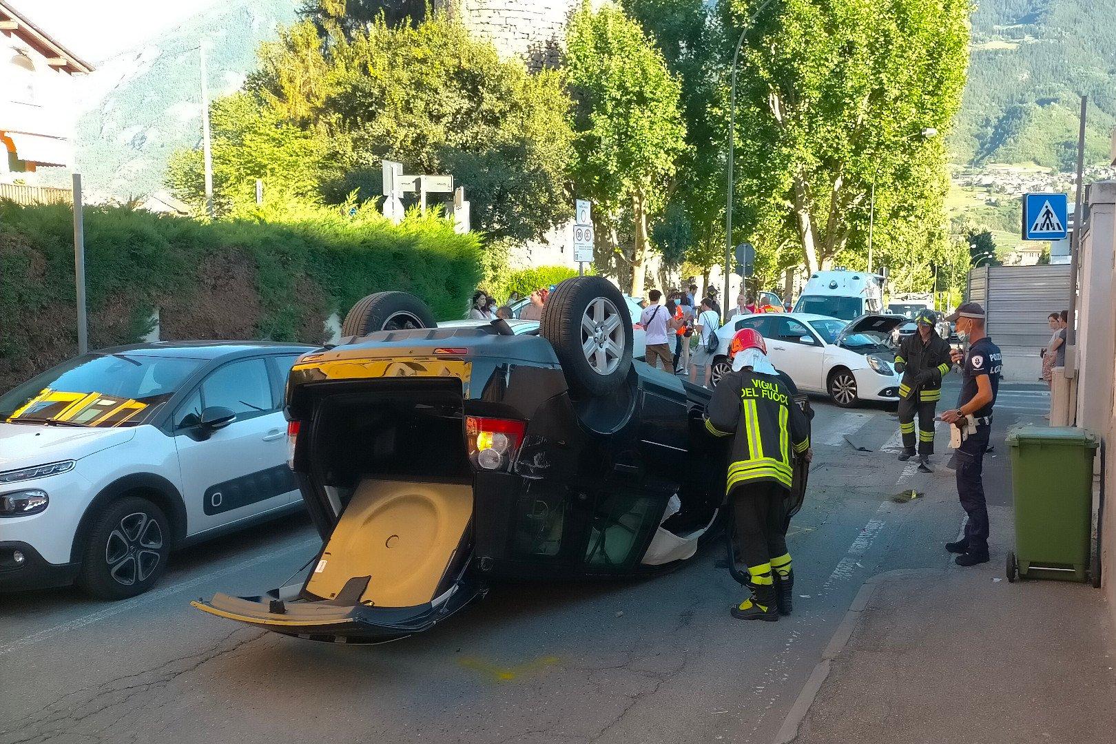 La Land Rover Freelander 2 a ruote all'aria dopo l'incidente