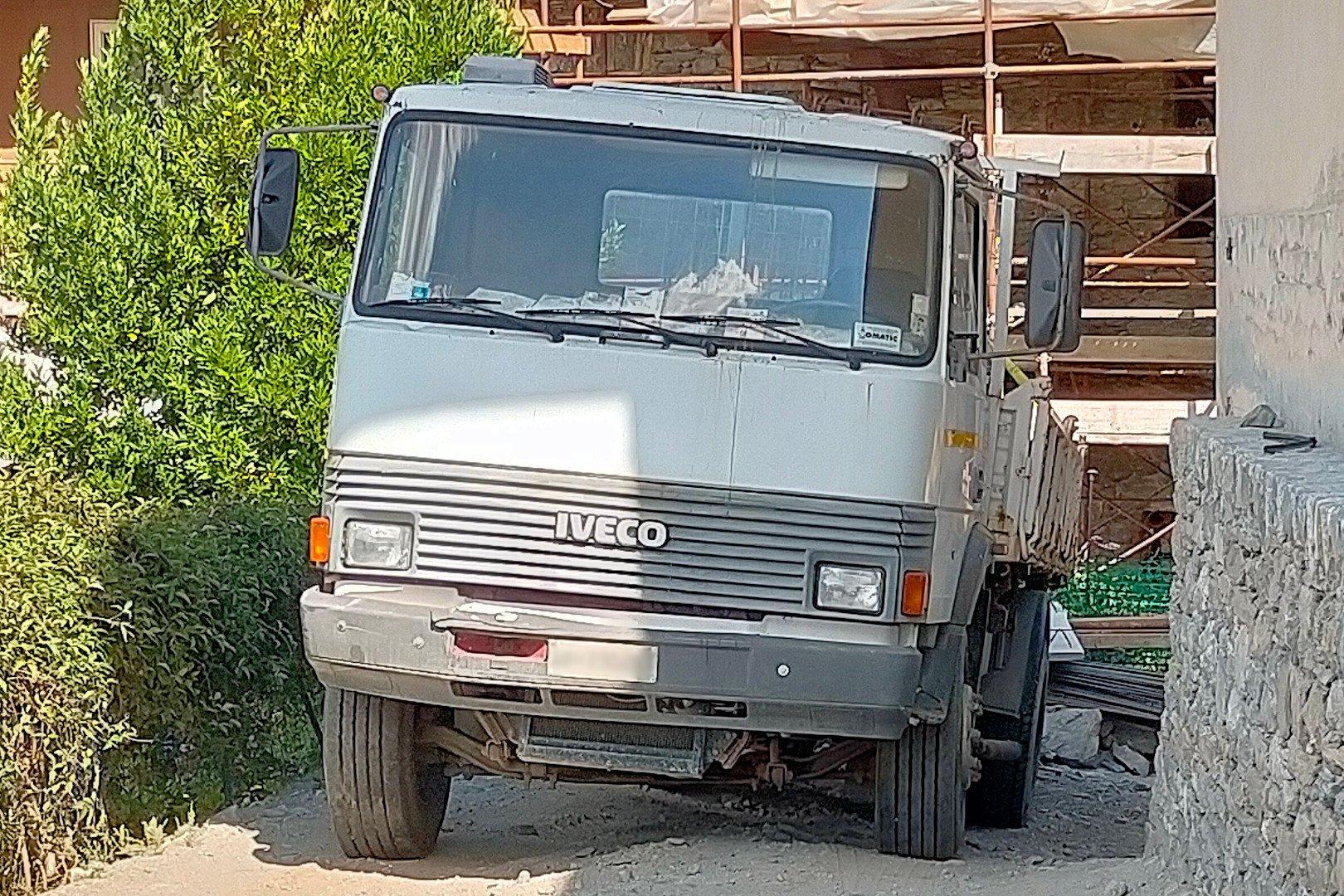 Il camion dal quale sono scivolate le lastre di cemento