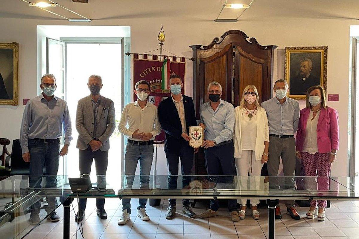 Riparte la collaborazione tra Fontina e Tartufo: una delegazione valdostana si è recata ad Alba per rinfrescare gli accordi del 2019 e studiare nuove iniziative