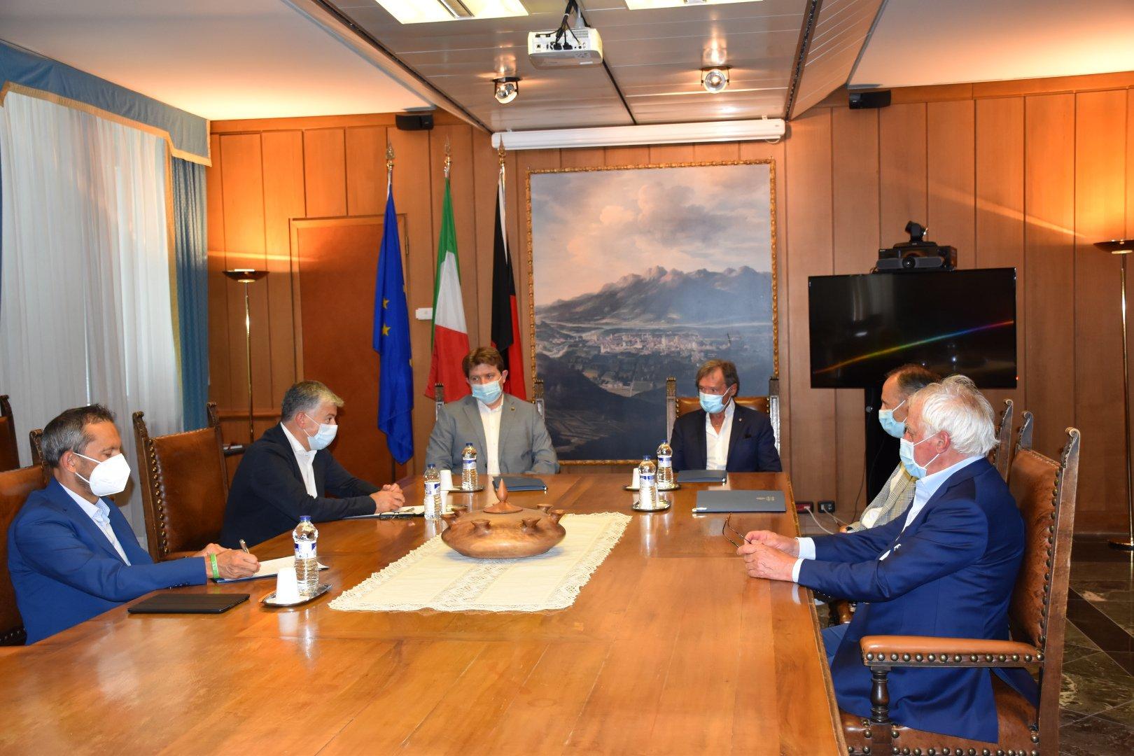 Ad agosto, a palazzo regionale si parla del progetto di Coppa del Mondo di sci alpino tra Zermatt e Cervinia, in un incontro con Flavio Roda, presidente della Fisi