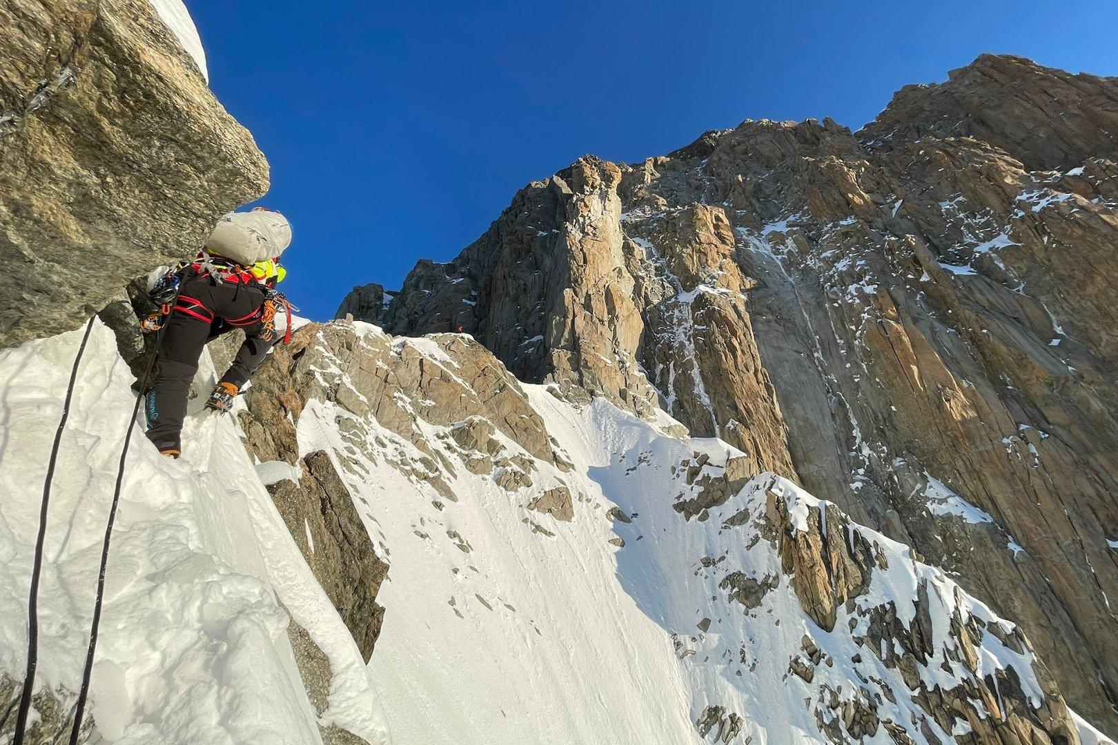 Il Soccorso alpino valdostano salva due alpinisti austriaci bloccati sul Monte Bianco: in due giorni effettuate diciassette operazioni di recupero con l'elicottero